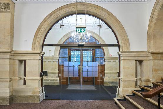 Automatische Schiebetüren aus Glas teilen den Eingangsbereich des Rathauses neu auf.