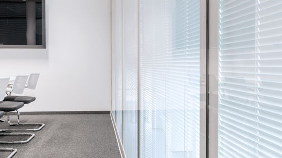 Meeting room with smart, integrated shading solution