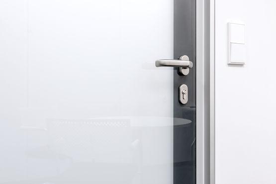 Auf Knopfdruck wird das Glas der Tür undurchsichtig.