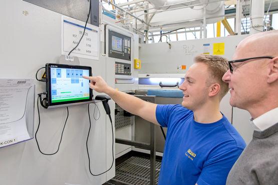 Neben der Kleinserienmontage profitieren auch Kollegen wie Luca Botta in der Kolbenfertigung vom Tablet-Einsatz mit Bereichsleiter Markus Lang.
