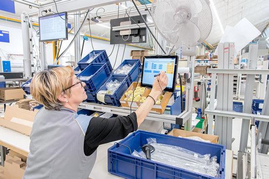 Durch die Datenerfassung am Tablet kann Maria-Rosaria Romano in der Kleinserienmontage effizienter arbeiten.