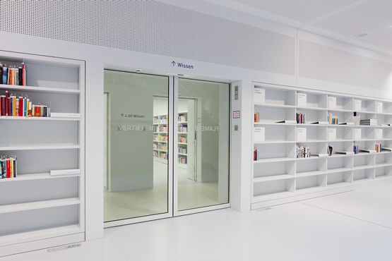 A joint product by GEZE and Hörmann: automatic accessible T30 sliding door system in fire safety design. Photo: Lazaros Filoglou for GEZE GmbH