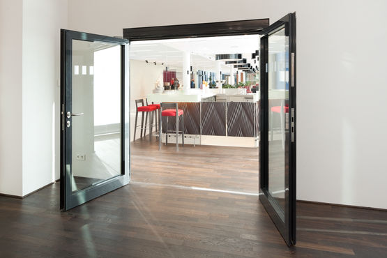 Double-leaf glass door with hold-open mechanism (photo: Dirk Wilhelmy for GEZE GmbH)