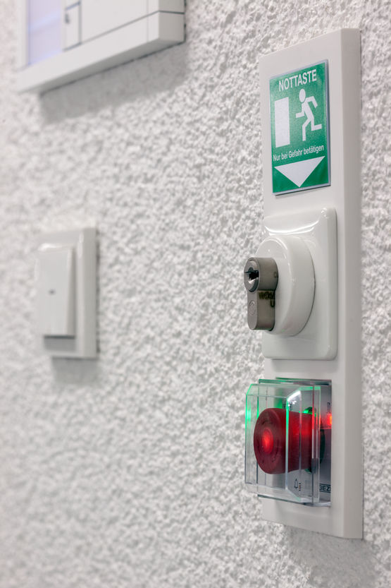 Door control unit for universally applicable control and protection of networked emergency exits