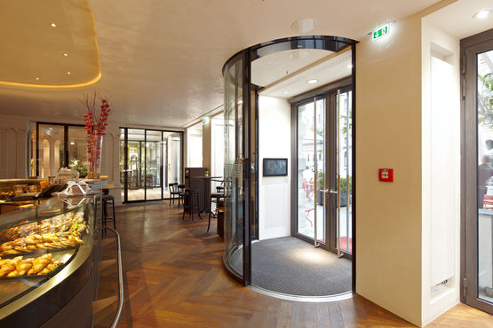Automatic door in the entrance to the Café Luitpold. Photo: Robert Sprang for GEZE GmbH