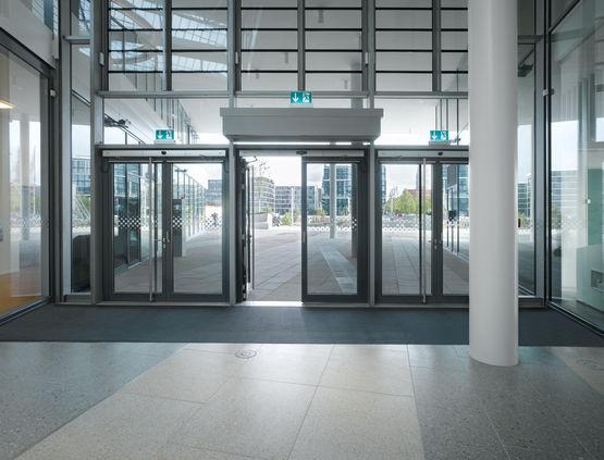 Elektrohydraulisches Drehtürantriebssystem für zweiflügelige Türen mit Schließfolgeregelung, bietet Begehkomfort auf höchstem Niveau.
