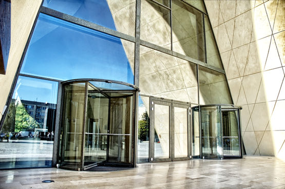 GEZE TSA 325 GG all-glass manual revolving door in the Museum of the History of Polish Jews, Warsaw