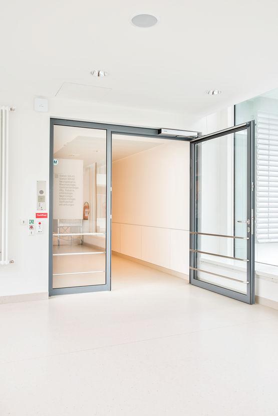 Entradas com acessibilidade para todos: sistemas de porta giratória Slimdrive EMD abertos com um botão grande ou detetores de movimento. Foto: Jürgen Pollak para a GEZE GmbH
