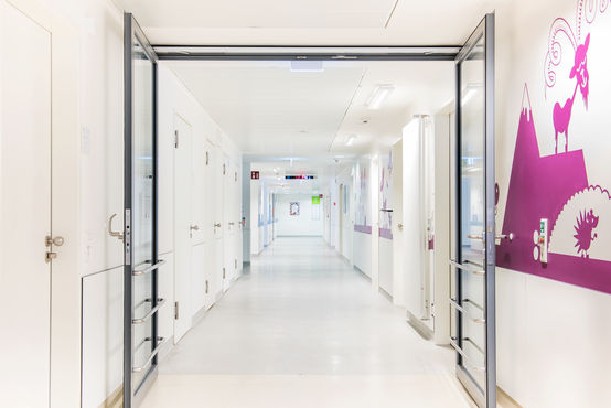 Sistema de contacto de fecho da porta de calha deslizante para portas de duas folhas com regulação de sequência de fecho e interruptor de fumaça