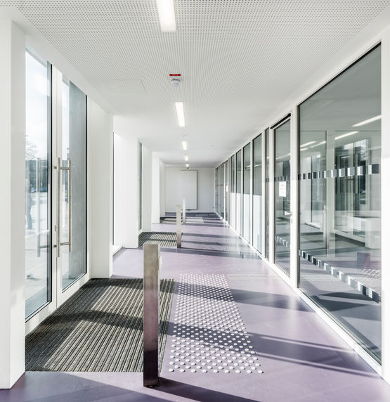Automatic doors with Slimdrive EMD-F swing door system in the entrance area act as a security interlocking door system. Photo: Annika Feuss for GEZE GmbH