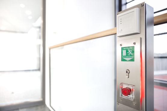 Las vías de emergencia y evacuación se abren con solo presionar un pulsador.
