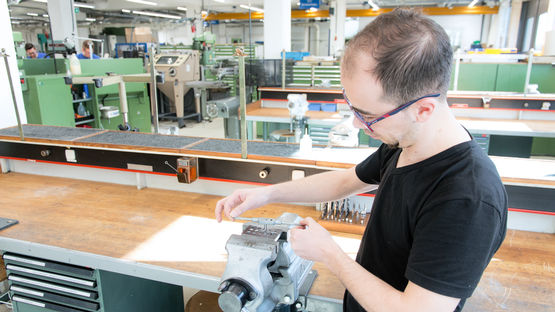 The young Syrian, Rami Aswad, starts his initial training at GEZE GmbH in Leonberg.