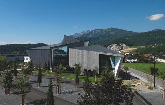 Moderne Automatiktüren fügen sich perfekt in das futuristische Campus-Design ein. Foto: Enrico Cano