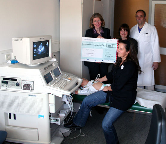 Brigitte Vöster-Alber handing over the cheque in 2009