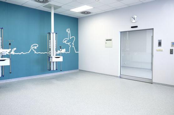 GEZE Türschließer TSA 160 NT in einem OP-Raum im Children's Memorial Health Institute, Warschau
