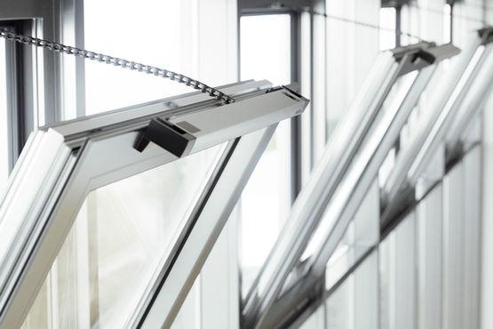 Automatisierte Fenster mit Kettenantrieb werden verschiedenen Schutzklassen zugeordnet
