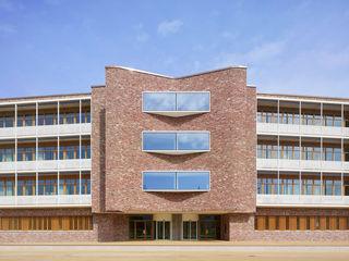 Außenansicht Haupteingang dm-dialogicum in Karlsruhe mit Karusselldrehtür von GEZE.