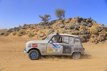Making the journey to Morocco in a Renault 4L: GEZE supports the 4L Trophy.