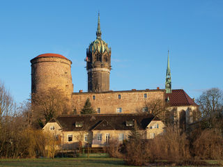 Buitenaanzicht van de Lutherkirche in Wittenberg met toren.