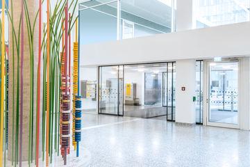 GEZE Drehtür- und Brandschutzsysteme sichern im Stuttgarter Klinikum Stadtmitte höchste Funktionalität, Sicherheit und Barrierefreiheit – hier mehr lesen!