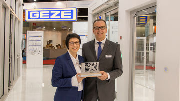 """Auf der Fensterbau Frontale 2018 erhielt GEZE den """"Eisernen Gustav"""""""