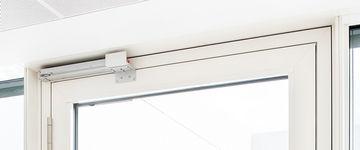 Detalje af vindue med røg- og varmeudsugnings-overtryksåbning med klaphåndtagsdrev K 600 T. Foto: Sigrid Rauchdobler for GEZE GmbH