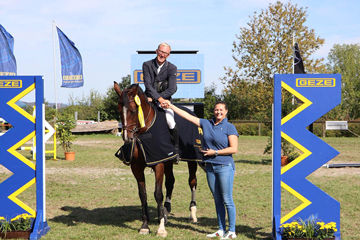 The show jumper Simon Runte from RFV Weilheim/Teck won the highly challenging show jumping competition with winning round on his 8-year-old Holsteiner mare Quintessen. Photo: GEZE GmbH