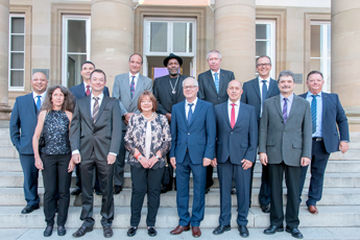 Every year, GEZE GmbH honours employees who have worked for the family business for 25 or 40 years. This year, a total of 13 employees were acknowledged at the celebration in the Schloss Rosenstein Museum. Photo: GEZE GmbH