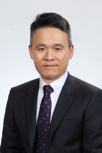 General Manager Yunhuei Hur from GEZE Korea Ltd.