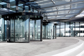TSA 325 NT BO Automatic revolving door system for escape and rescue routes with break-out function, this function allows the sash and side parts to swivel in the direction of escape. The entrance to the building has a great light, the glass facades have the highest design standards. There is an obstacle detection which stops the opening or closing process when an obstacle is touched.