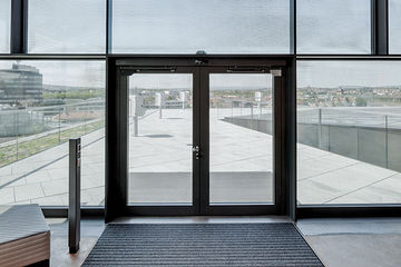 Automated swing door for an intelligent façade