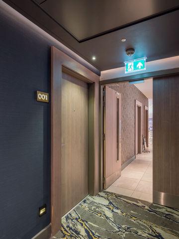 Individuell einstellbare Schließkraft hilft, den Lärm zu reduzieren, der beim Betreten oder Verlassen der Zimmer entsteht.