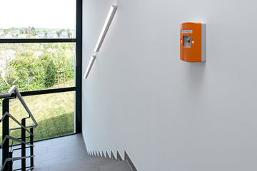 SHEV emergency power control units enable the coordinated control and release of supply and exhaust air for openings equipped with window drives. A compact solution for safe smoke evacuation in stairwells.