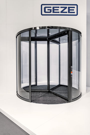 The Revo.PRIME revolving door set from GEZE has a particularly low canopy height and narrow profile system