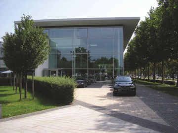The glass façade of the BMW building enables the optimal use of daylight.