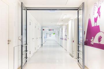 Gleitschienentürschließersystem für zweiflügelige Türen mit Schließfolgeregelung und Rauchschalter