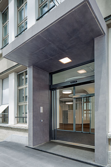telescopic door at the entrance to the Zurich Business School. Photo: Lorenz Frey for GEZE GmbH