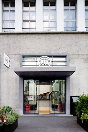 Vestibule entrance to the Piu restaurant, from the exterior. Photo: Lorenz Frey for GEZE GmbH