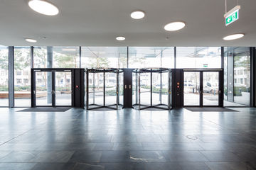 Door systems in harmony with the smart building concept, the reception area in the Vector IT campus.