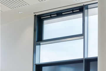 Slimchain Syncro can be used for Smoke and heat extraction and natural ventilation in the façade area