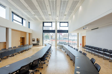 Meeting rooms, conference rooms, office buildings and schools often become hot and stuffy. Natural ventilation via automatically controlled windows can provide an energy-efficient solution in such cases. Photo: Jürgen Pollak for GEZE GmbH