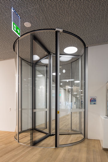 Glazed revolving doors: Transparency and a great climate in the cafeteria. Photo: GEZE GmbH