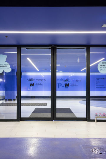 Glazen schuifdeursysteem in de entree naar het parkeerniveau van de Mall of Scandinavia.