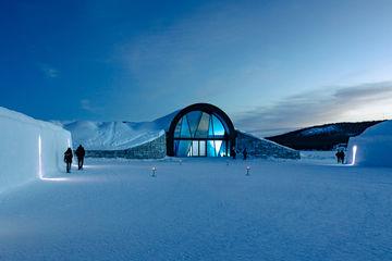 De glazen schuifdeur past perfect in de glazen gevel van het ICEHOTEL. Foto: Thomas Ekström voor GEZE GmbH