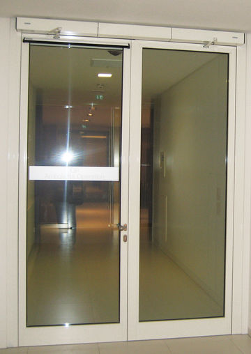 Entrance to Outpatient Surgery: Double-leaf automatic glass swing door in fire and smoke protection design