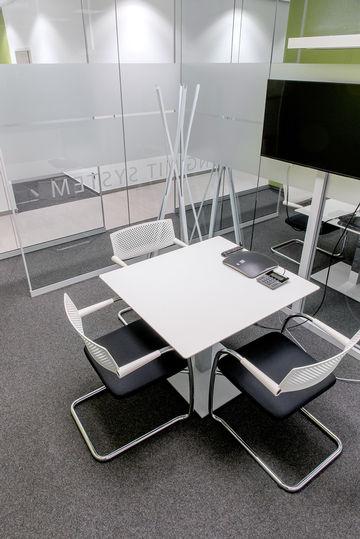 Moderne Besprechungsräume: Kommunizieren und gemeinsam Neues entwickeln – dafür gibt es Platz und geeignete Ausstattungen.