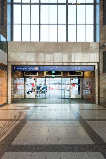 Entrance doors to the Vienna West train station with GEZE door systems. Photo: Sigrid Rauchdobler for GEZE GmbH