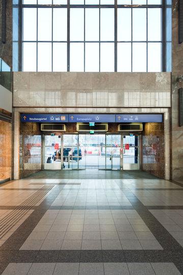 Indgangsdør til Wien Westbahnhof med GEZEs dørsystemer. Foto: Sigrid Rauchdobler for GEZE GmbH