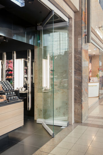 MSW door systems by GEZE in the shopping mall at the BahnhofCity Wien West. Photo: Sigrid Rauchdobler for GEZE GmbH