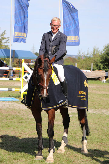 Elegant special prize: the GEZE horse blanket for the winning mare Quintessenz.